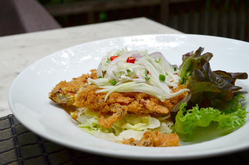 泰国样式食物,被油炸的软的壳螃蟹用辣调味汁 免版税库存照片
