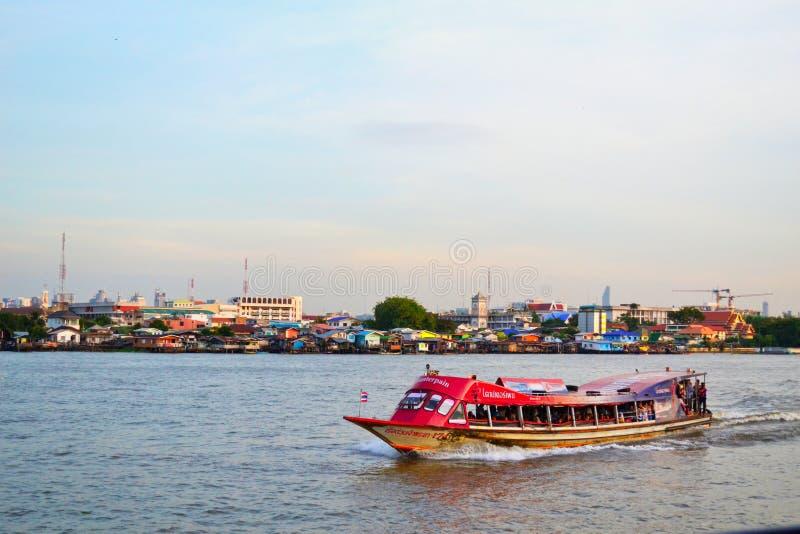 泰国河和巨大背景 免版税库存图片