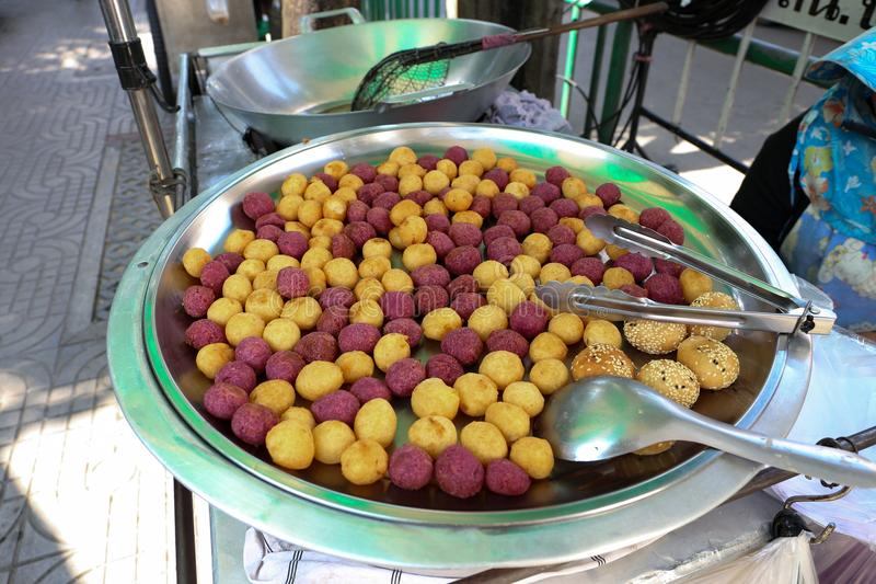 泰国油煎的白薯球和紫色白薯球se的 库存图片