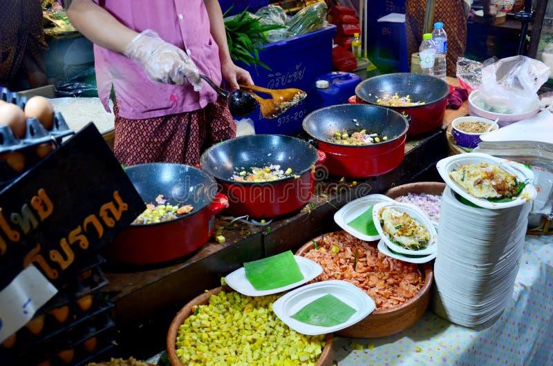 泰国油煎的面条用大虾或泰国叫的Pad Thai Goong草皮 库存照片