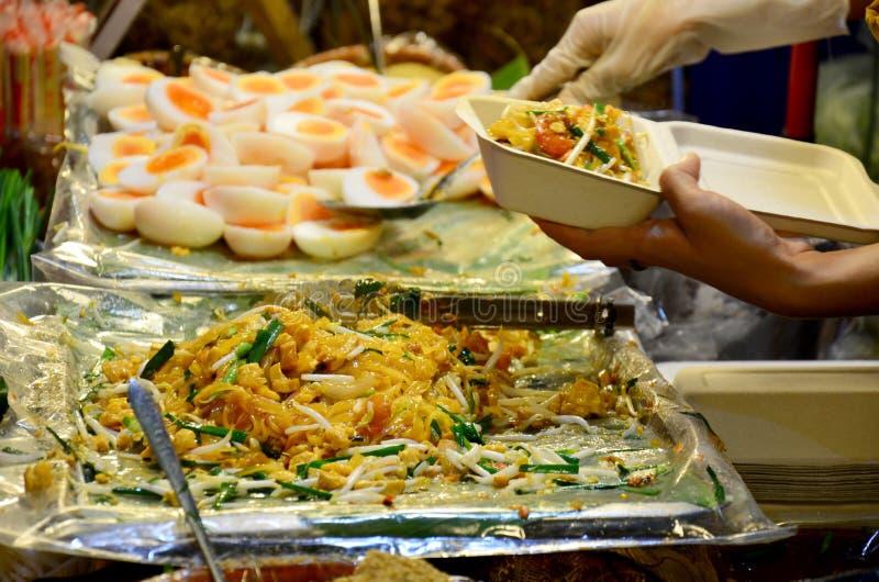 泰国油煎的面条用大虾或泰国叫的Pad Thai Goong草皮 免版税库存图片