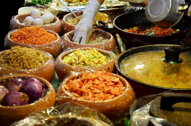 泰国油煎的面条用大虾或泰国叫的Pad Thai Goong草皮 图库摄影