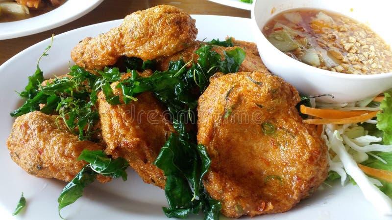 泰国油煎的鱼糕(托德Mun Pla)或大虾油炸馅饼与红色调味汁泰国传统食物食谱的球服务 免版税库存图片