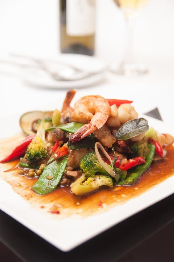 泰国混乱油煎了海鲜用汤姆调味汁。 免版税库存照片
