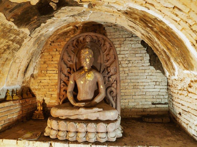 泰国清迈 — 2019年11月5日:乌蒙古隧道佛像前照 免版税图库摄影