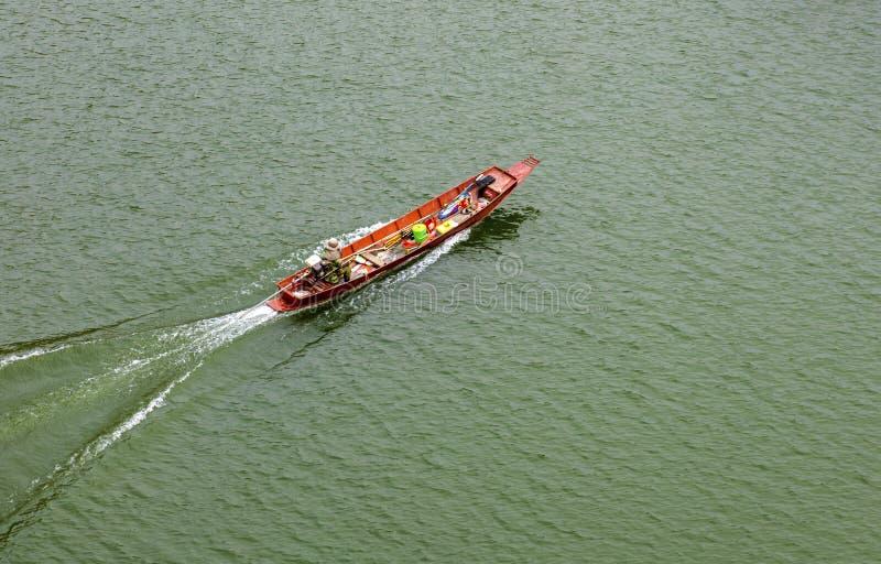 泰国清迈 — 2020年4月26日:泰国Mae Kuang Udom Thara水坝小船 免版税库存图片