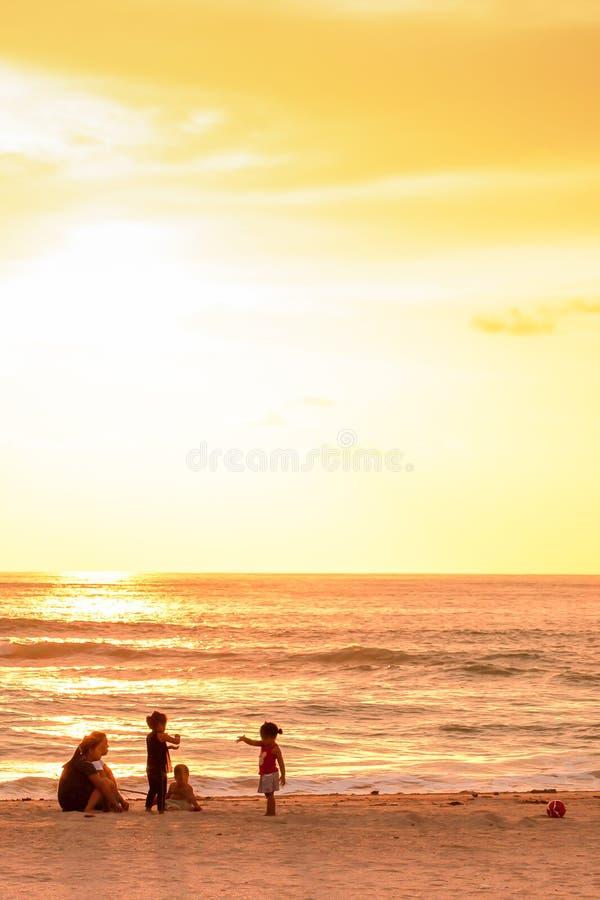泰国渔夫家庭放松在日落海滩的,班南肯,Phang Nga,泰国 免版税库存照片