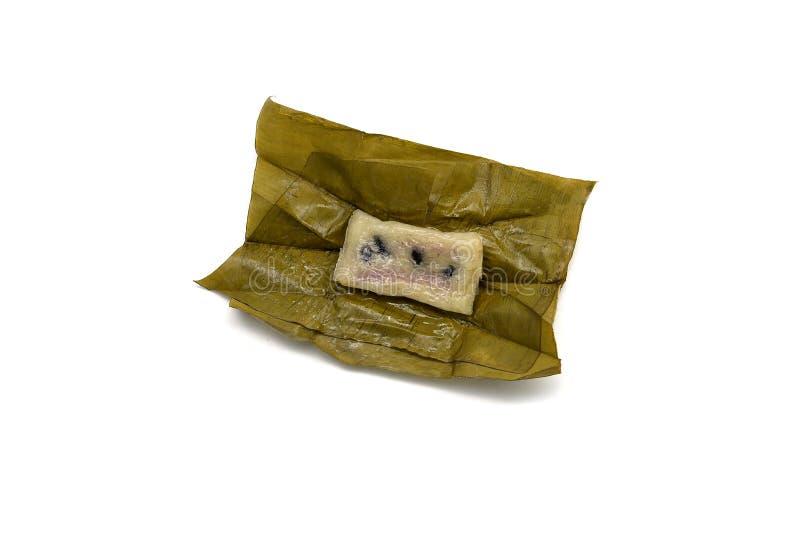 泰国点心, Khao疯狂的汤姆,蒸的黏米饭用在白色背景隔绝的香蕉 免版税库存照片