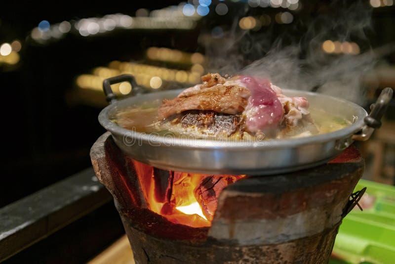 泰国烤肉或Moo的Kra Ta平底锅用在火炉顶部的未加工的猪肉 免版税库存照片