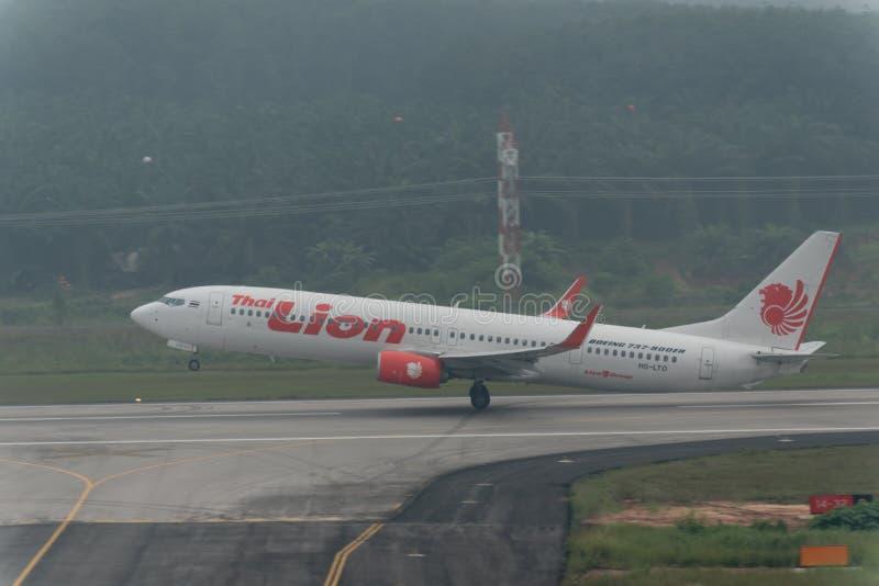 泰国狮航航空公司在阴霾离开在krabi机场 库存图片