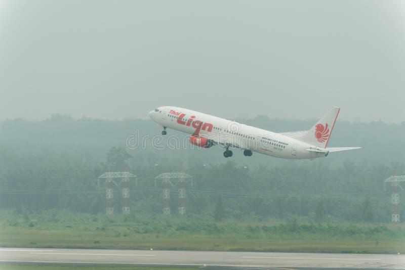 泰国狮航航空公司在阴霾离开在krabi机场 免版税库存图片