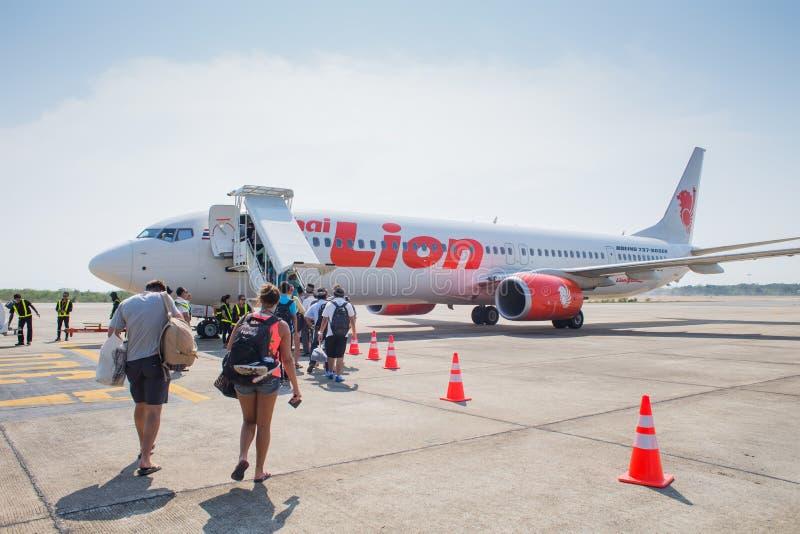 泰国狮航飞机登陆在Suratthani机场 库存图片