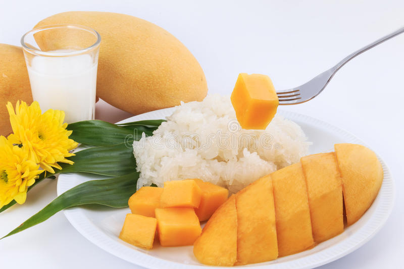 泰国甜黏米饭用芒果 椰子点心芒果牛奶螺母倾吐米样式甜泰国热带 免版税库存图片