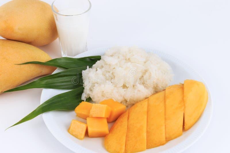 泰国甜黏米饭用芒果 椰子点心芒果牛奶螺母倾吐米样式甜泰国热带 库存照片