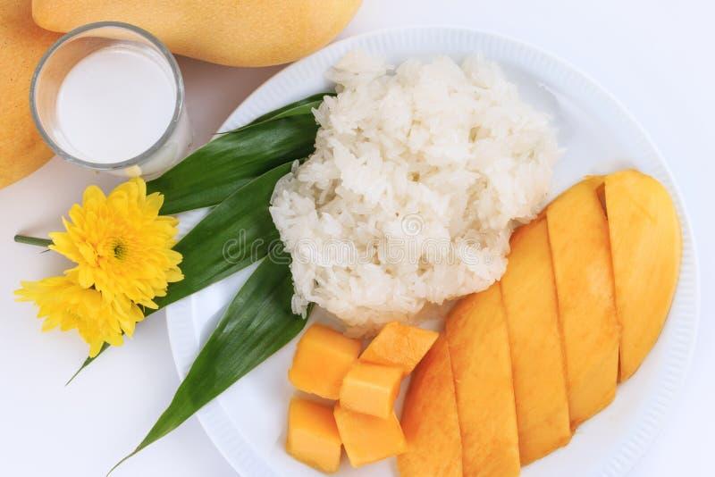 泰国甜黏米饭用芒果 椰子点心芒果牛奶螺母倾吐米样式甜泰国热带 图库摄影