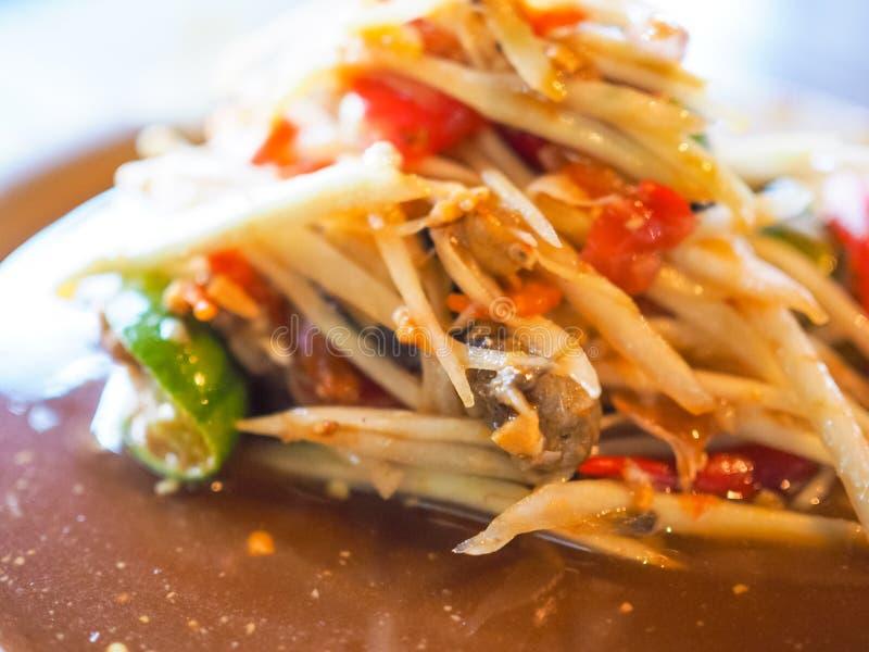 泰国番木瓜沙拉辣菜单传统蕃茄石灰坚果橙色棕色鲜美 免版税图库摄影