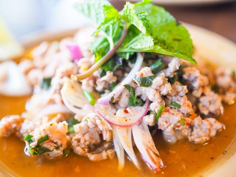 泰国番木瓜沙拉辣菜单传统蕃茄石灰坚果橙色棕色鲜美 库存照片