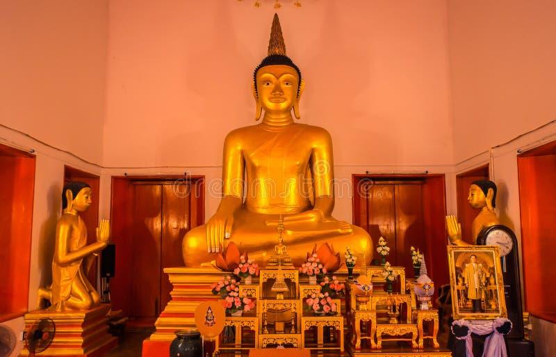泰国的寺庙 Wat Mongkol Nimit寺庙普吉岛,泰国 金黄菩萨内部 库存照片