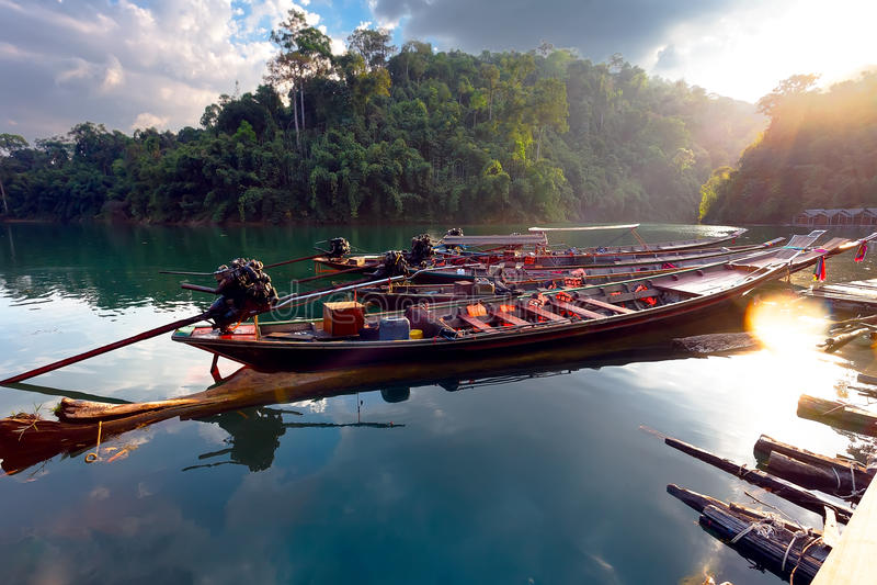 泰国的小船湖的在密林 图库摄影