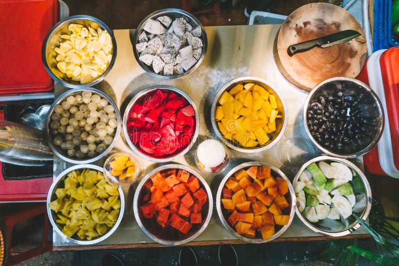 泰国的异乎寻常的果子震动和圆滑的人的 芒果,番木瓜,菠萝,波罗蜜,山竹果树,柑橘,pitaya龙果子 免版税库存图片