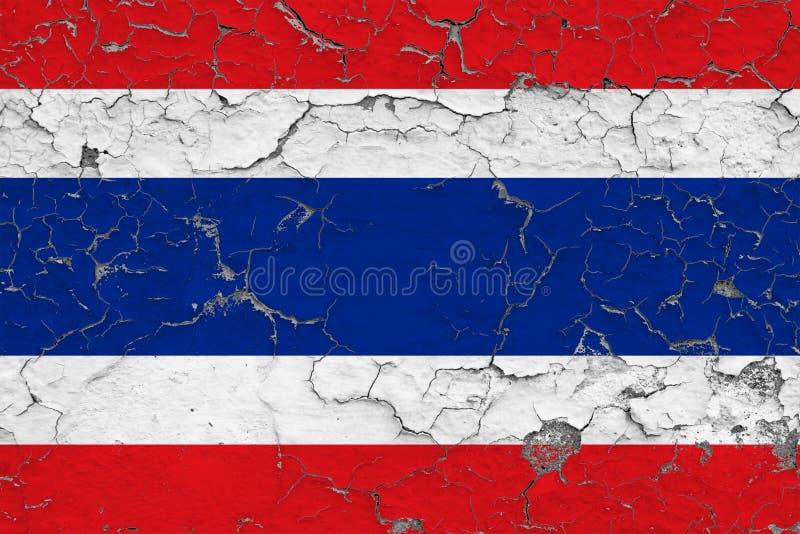 泰国的旗子在破裂的肮脏的墙壁上绘了 葡萄酒样式表面上的全国样式 向量例证