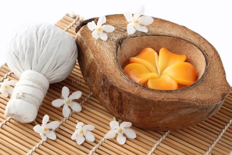 泰国的温泉和椰子壳蜡烛 免版税库存图片