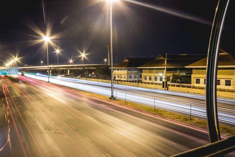 泰国的长的曝光交通场面 免版税库存照片