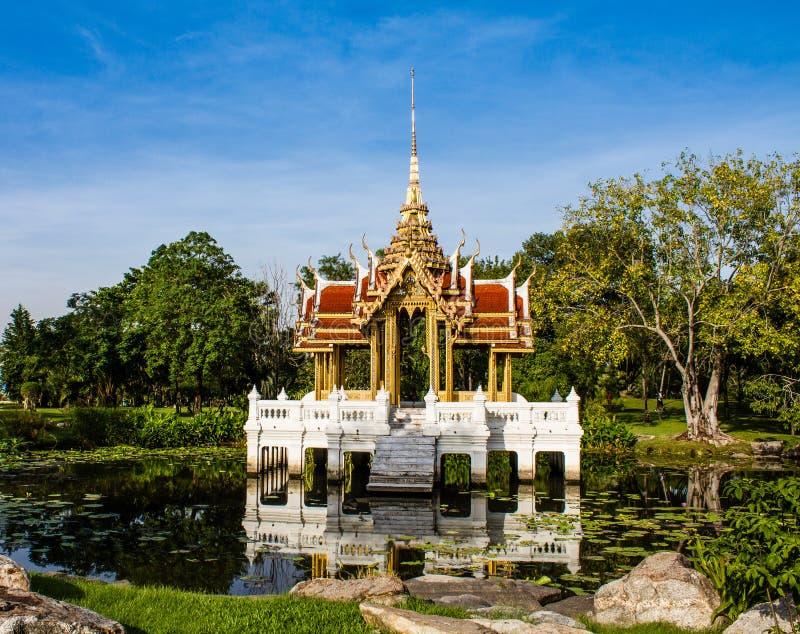 泰国皇家穹顶宫在荷花池. 玻色子, 绿色.