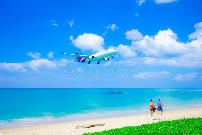泰国空中航线着陆在普吉岛机场 免版税库存照片