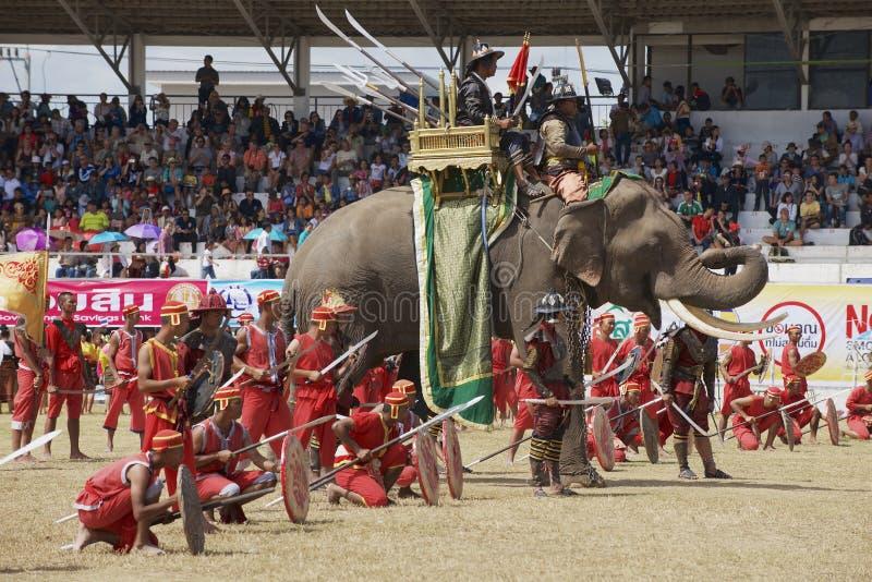 泰国素林的一年一度的户外大象展上,马胡斯和演员参加了游行 库存照片