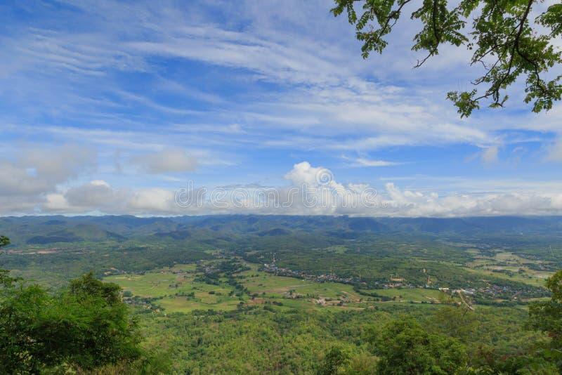泰国美好的高自然绿色山景城风景 库存图片