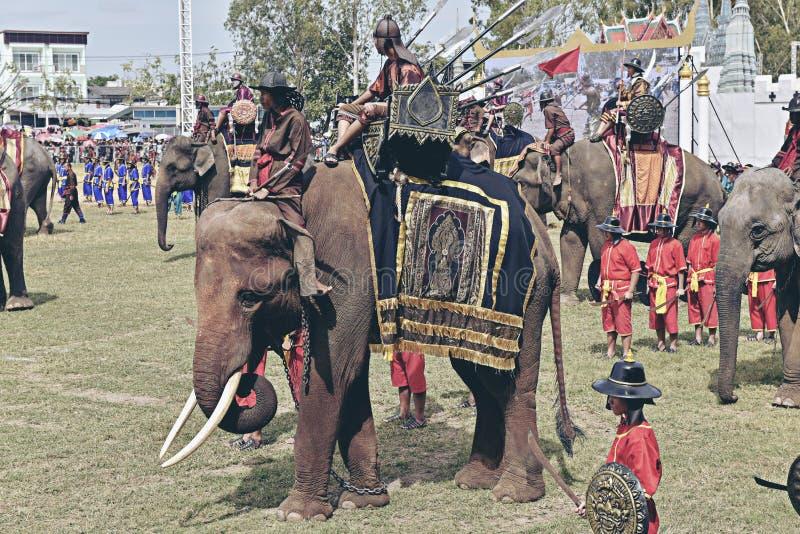 泰国苏林 — 2017年11月16日:大象对决战历史剧大戏 库存照片