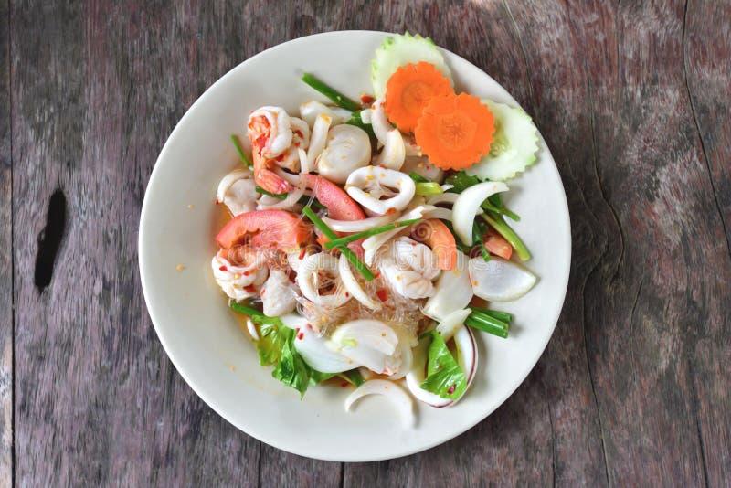 泰国辣细面条沙拉用海鲜 免版税库存照片
