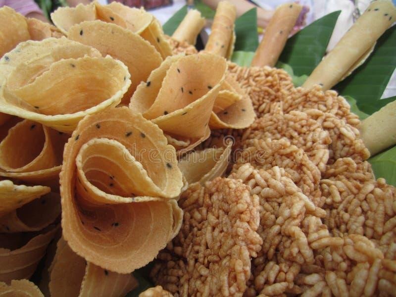 泰国酥脆金黄卷毛和米薄脆饼干,泰国传统快餐叫Thong Pab和Khaotan 免版税库存照片