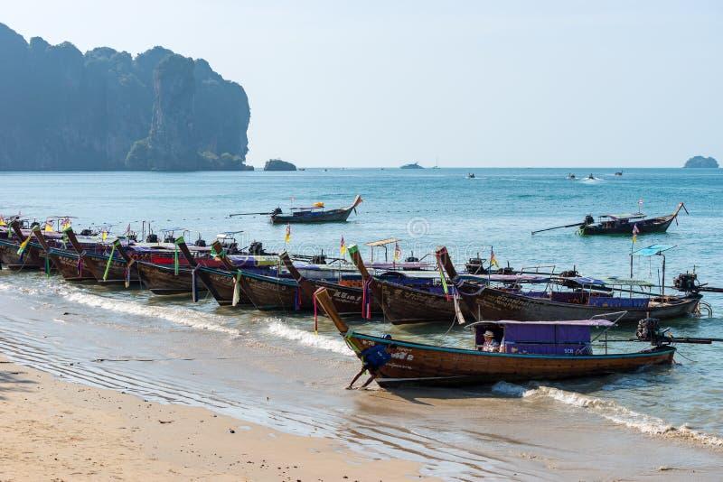 泰国长尾巴小船几乎不连续被停泊对岸 一个人推挤 免版税图库摄影