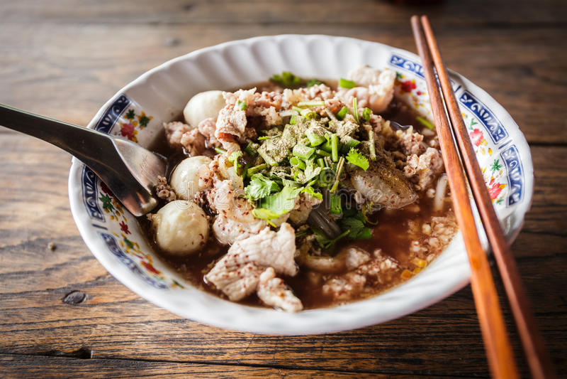 泰国面条用在桌上的汤 免版税库存照片