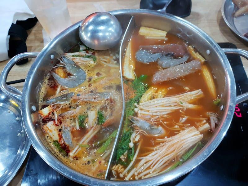 泰国食物样式、双重味道火锅顶视图用虾和菜 库存照片