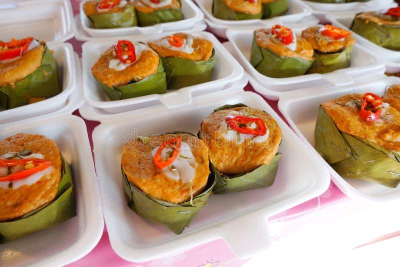 泰国食物样式, Steamed用了咖哩粉调制在香蕉叶子杯的鱼 免版税图库摄影