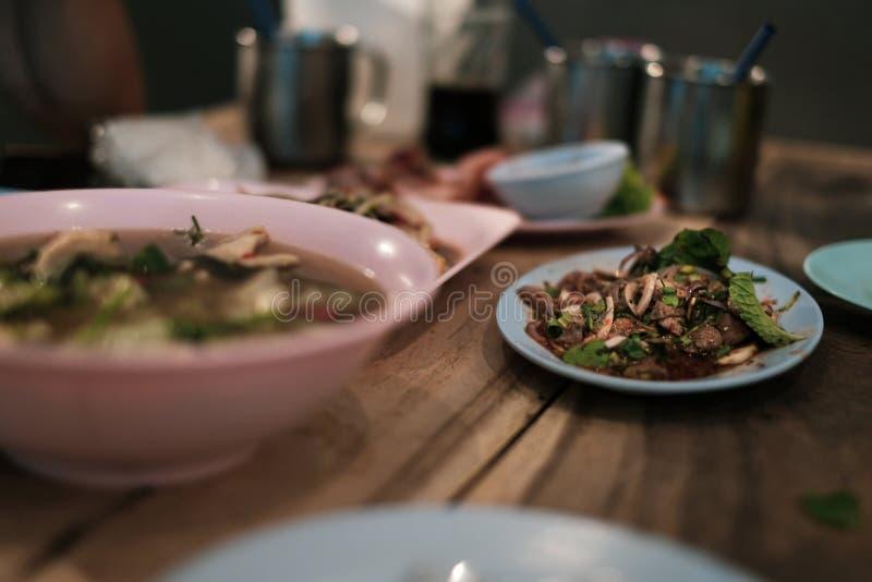 泰国食物汤姆薯类汤和猪肉肝脏辣沙拉膳食 免版税库存图片