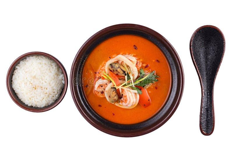 泰国食物汤姆锣 在白色背景隔绝的一个黑碗的汤 免版税库存照片