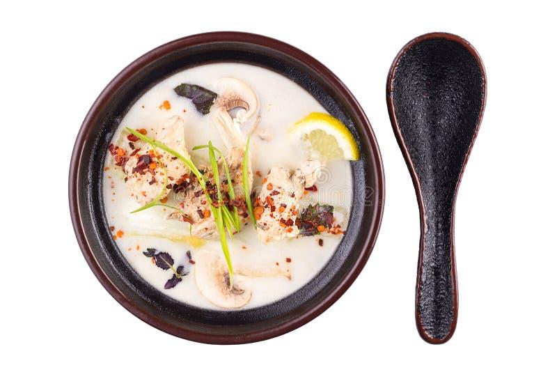 泰国食物汤姆锣 在白色背景隔绝的一个黑碗的汤 库存图片
