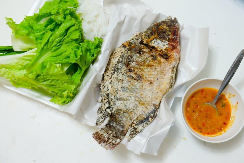 泰国食物油煎的鱼混合在叶子包裹的草本 免版税库存图片