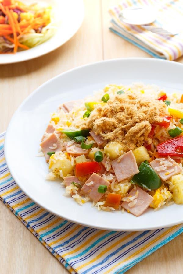 泰国食物炒饭用火腿和菠萝 免版税库存图片
