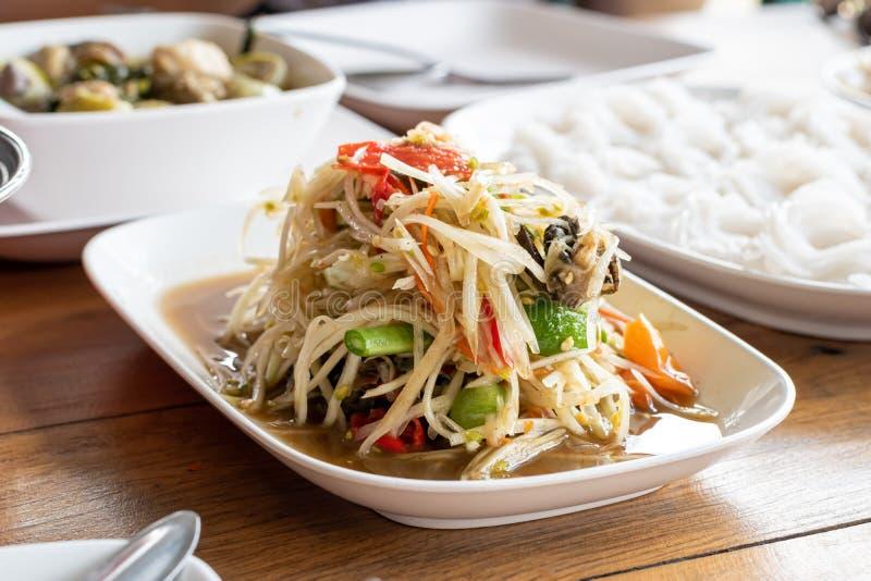 泰国食物番木瓜沙拉、索马里兰胃、辣味道和面条午餐在桌上 免版税图库摄影