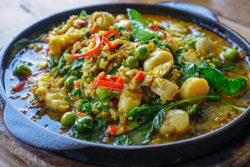 泰国食物,与扇贝的油煎的草本菜 1 库存照片