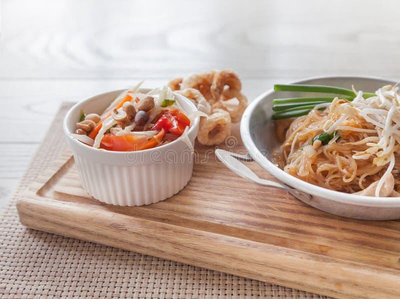 泰国食物,油煎的面条泰国样式用番木瓜沙拉 库存照片