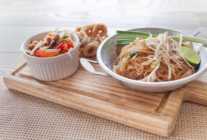 泰国食物,油煎的面条泰国样式用番木瓜沙拉 免版税库存照片