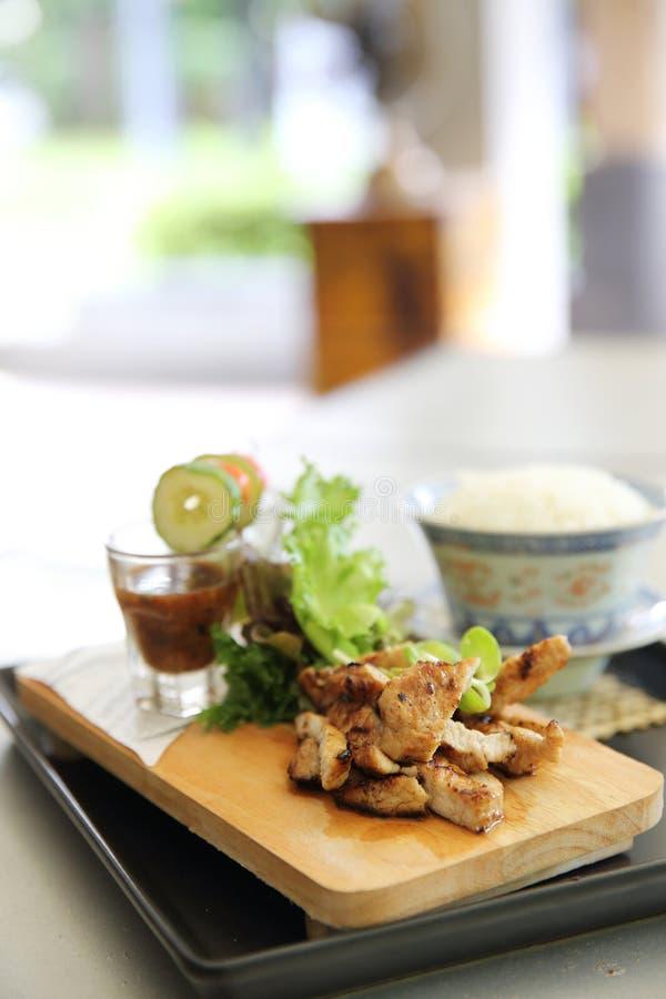 泰国食物,烤猪肉用辣调味汁 免版税库存照片