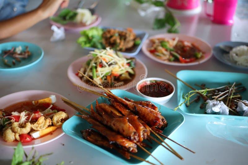 泰国食物,番木瓜沙拉,烤鸡在葡萄酒样式餐馆,街道食物 库存照片