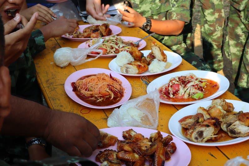 泰国食物,番木瓜沙拉,烤鸡在葡萄酒样式餐馆,街道食物 图库摄影